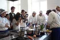 S fotoaparátem v ruce pozorovali studenti francouzského šéfkuchaře Laurenta de Berrigauda, který přijel do Budějovic jako host Dnů francouzské kultury.