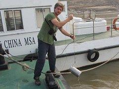 Vladimír Žlábek při odebírání vzorků na řece Jang-c'-ťiang.