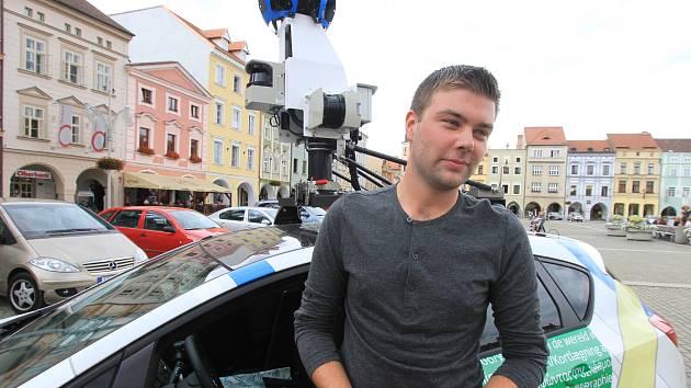 Auta se speciálním snímacím zařízením na střeše vyrazila do ulic Českých Budějovic loni v létě. Na náměstí Přemysla Otakara II. jsme za volantem zvláštního vozu zastihli Michala Šustáka.