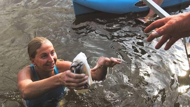 KONEČNĚ KONEC! Tak to si mohla v klidu v sobotu k večeru říct plavkyně Yvetta Hlaváčová, když jí její tým pomáhal z vody po týdenní plavbě z Prahy až do Týna nad Vltavou. Hlaváčová se tak zapsala do české knihy rekordů, uplavala totiž 142 km proti proudu