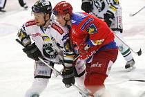V úterním duelu s Mladou Boleslaví hokejisté HC Mountfield své fanoušky zklamali. Na snímku bojuje Jiří Šimánek (v červeném) s mladoboleslavským Alešem Padělkem.