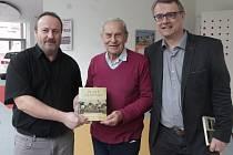 Autoři knihy Zlaté okamžiky českobudějovického fotbalu Michal Průcha a Zdeněk Zuntych s legendárním stoperem Dynama Miloslavem Šerým.