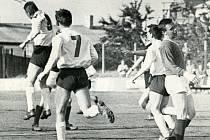Padesát let je stará tato historická fotografie z památného budějovického derby Lokomotivy a Dynama: z jedné z deseti branek Dynama se raduje s rukou nad hlavou Jindřich Novák, vpravo smutní bek Lokomotivy Miroslav Kamiš.