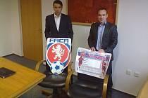 PŘEDSEDA Krajského fotbalového svazu Jan Jílek (vlevo) a jeho pravá ruka trenér Tomáš Maruška mají velkou zásluhu na rozvoji mládežnického fotbalu v jižních Čechách.