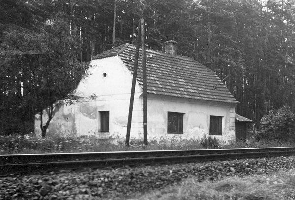 Strážní domek Usedláka Burdy stojí kousek od Štilce, hned vedle přejezdu. Fungovala zde výhybna. Snímek zroku 1966.