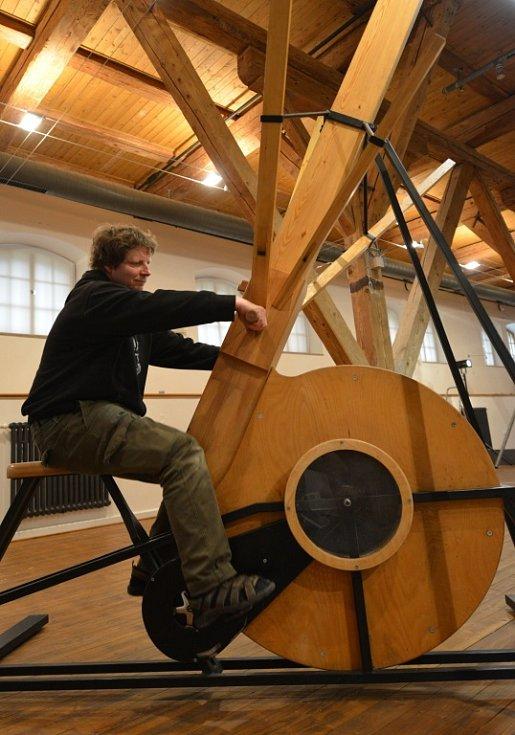 Tři patra píseckého kulturního prostoru Sladovna rozehrál Petr Nikl (na snímku) a jeho interaktivní výstava Play.
