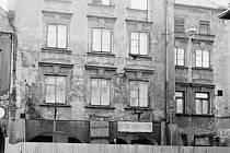 Přední stěna  domu U Hromádků v roce 1984.