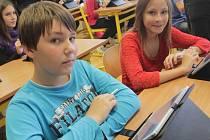 """Sešity a další pomůcky nahradili v sedmé třídě ZŠ Pohůrecká modernějšími tablety. S pomocí těchto """"větších mobilů"""" se děti učí angličtinu i výtvarnou výchovu."""