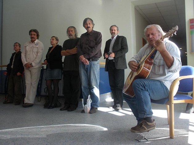 Při vernisáži zahrál Pavel Petrách.