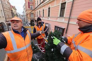Instalace vánoční výzdoby v českobudějovické Krajinské ulici.