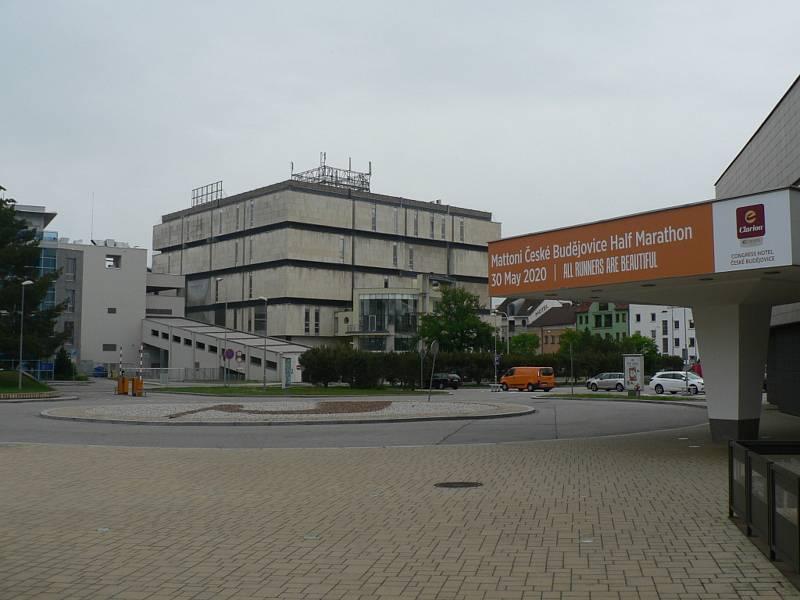 Clarion Congress Hotel České Budějovice. Podoba hotelu a okolí v květnu 2020. Společnost CPI na místě parkoviště plánuje přístavbu.