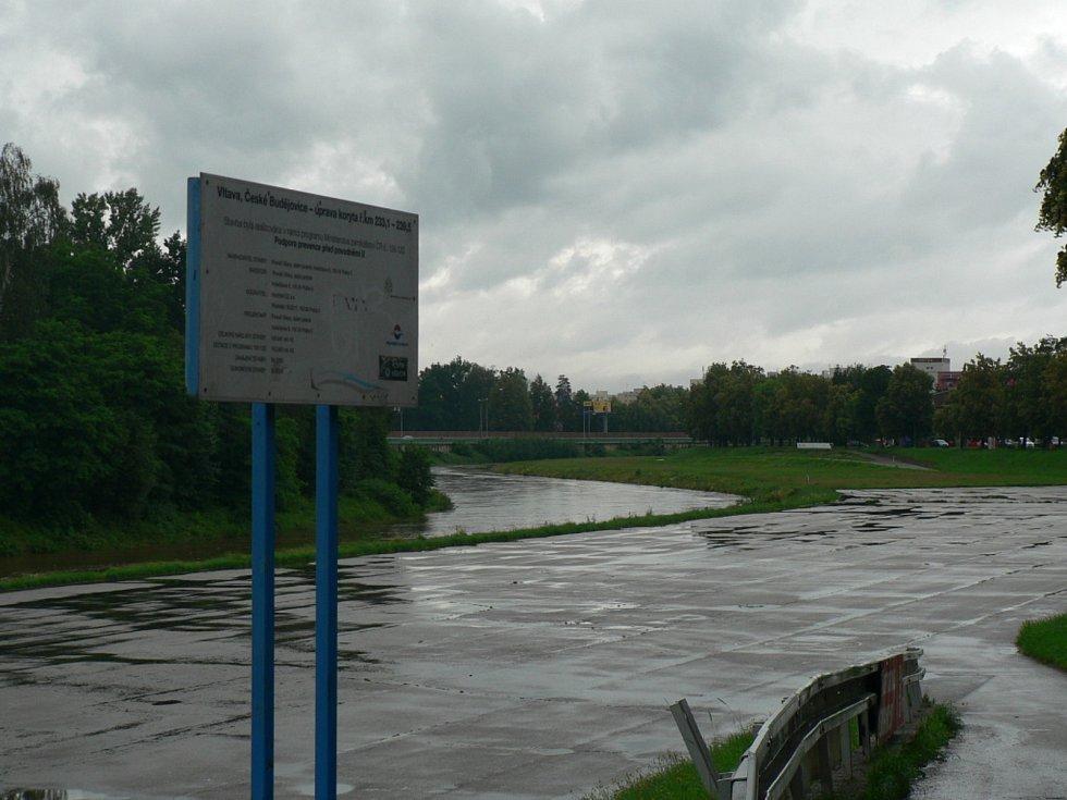 Zvýšená hladina Vltavy v Českých Budějovicích pod Dlouhým mostem u Lannovy loděnice v červnu 2020.