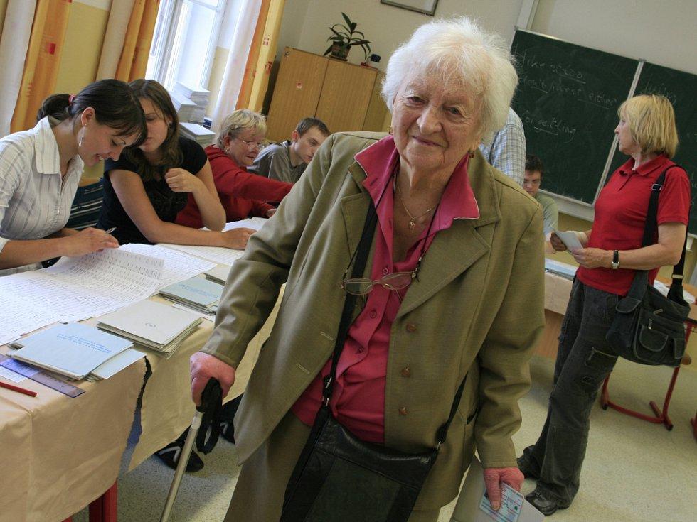 Desítky lidí odvolily v pátek do europarlamentu ve dvou volebních místnostech Českého gymnázia v Českých Budějovicích. Na snímku Libuše Stecherová.