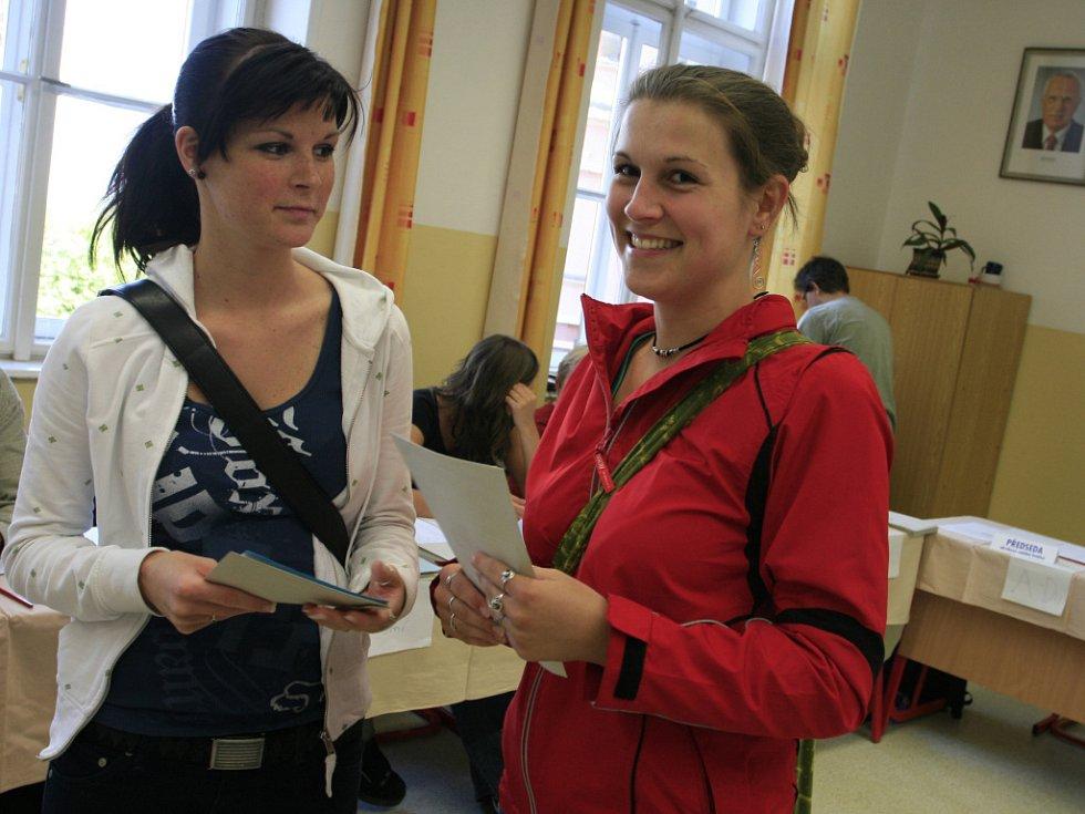 Desítky lidí odvolily v pátek do europarlamentu ve dvou volebních místnostech Českého gymnázia v Českých Budějovicích.