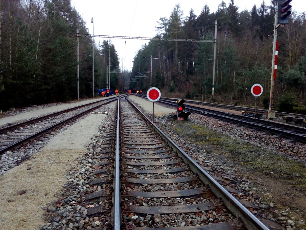 Vykolejený vlak u Hluboké nad Vltavou. Nehoda se stala 19. 12. 2020. Nikdo z 29 cestujících nebyl zraněn.
