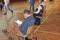 Zastupitelé i veřejnost musejí na veřejném zasedání dodržet potřebné odstupy v rámci opatření proti šíření koronaviru. Ilustrační foto.
