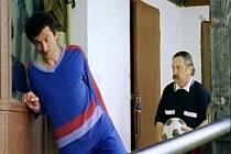 Hřiště v Semicích a zdejší hráči poskytli Karlu Čabrádkovi dostatek materiálu k sepsání příběhu. Kromě profesionálů (Ondřej Vetchý nebo jako rozhodčí Bivoj Roman Skamene) si tu zahráli jako naturščici fotbalisté Semic.