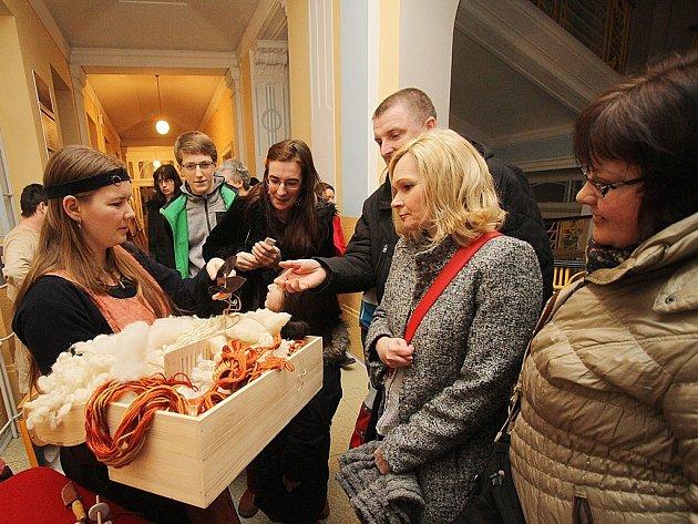 Noc mladých vědců a umělců si v pátek společně se svými známými, rodiči i prarodiči užili studenti českobudějovického Gymnázia Česká.