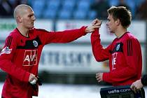 Zdeněk Ondrášek v zápase s Bohemians předává štafetu Františku Němcovi.