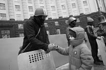 Povstalec před předsednictvem vlády si podává ruku s malým chlapcem. Tento pohled na kyjevskou Hruševského ulici vyfotografoval fotoreportér Eugen Kukla letos v únoru na své již třetí cestě do kyjevského Majdanu.