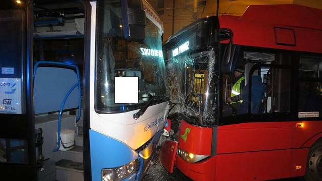 Čelní srážka linkového autobusu s trolejbusem skončila bez zranění