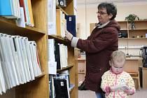 Do knihovny v Dubném ráda doprovází Jana Malcová (na snímku) svou dceru. Občas s sebou vezme také vnučku Karolínu Ouředníkovou, která je na fotografii s babičkou.