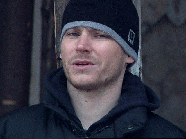 Roman (David Švehlík) potká v komunitě Milana (Jiří Langmajer), který ho kdysi málem zabil.