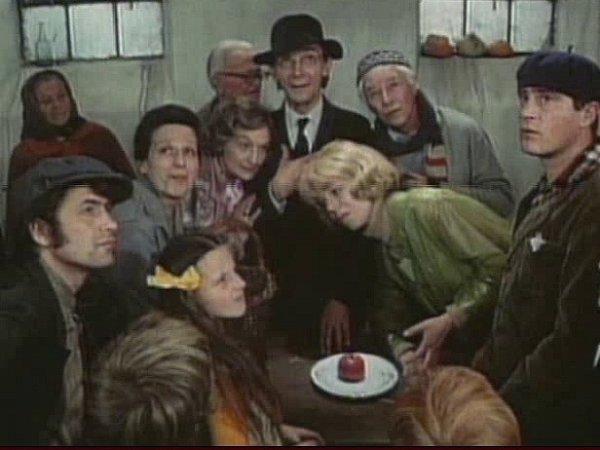 Výkvět herectva obsadil režisér: odleva nahoře Dana Medřická, Marie Rosůlková, Josef Kemr, Ladislav Pešek, Iva Janžurová, Jan Tříska.