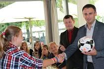 Kapitánka Tereza Bočková předala hejtmanovi Jiřímu Zimolovi balon s podpisy týnských hráček.