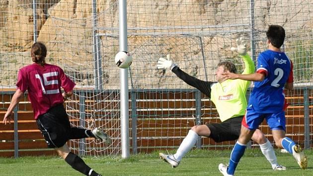 Miroslav Kučera zakončil svůj dlouhý únik touto ukázkovou střelou k tyči na 2:0, ani výborný gólman Kobes neměl šanci.