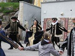 Historické kostýmy jsou jednou z atrakcí Rožmberských dnů  v Hojné Vodě.