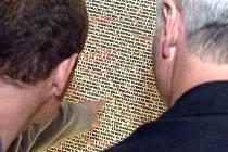 Na stěnách Pinkasovy synagogy v Praze jsou jména Židů, kteří zahynuli během holokaustu.