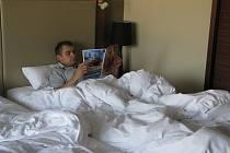 Petr Gřegořek odpočívá na hotelovém pokoji
