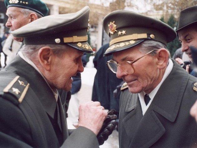 Před deseti lety se oslav šedesátého výročí vylodění v Normandii zúčastnil také generál Antonín Špaček    (na snímku vpravo s generálem Antonínem Husníkem).