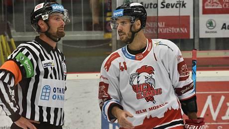 Hvězda z Bostonu David Krejčí v extraligovém duelu na ledě Budvar Arény v olomouckém dresu.