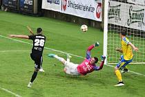 Ivan Schranz v 80. minutě utkání překonává bezmocného Tomáše Grigara v teplické brance a střílí vítězný gól fotbalistů Dynama, kteří na domácím hřišti s Teplicemi nakonec zvítězili 3:1.