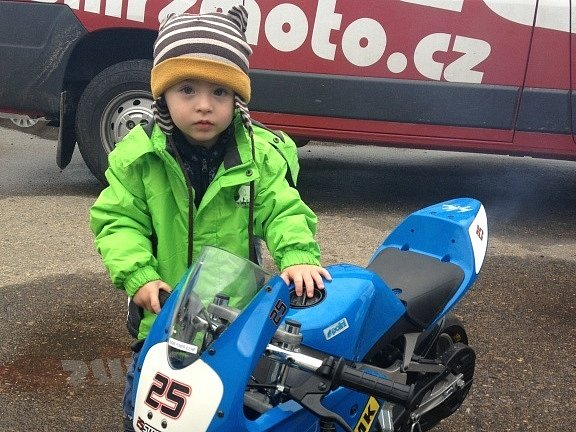 Maličký Matěj Smrž si bude ještě muset na svůj vstup do motocyklové akademie, kterou zastřešují jeho otec se strýcem, počkat. Šanci mají jeho starší kamarádi od 6 let.