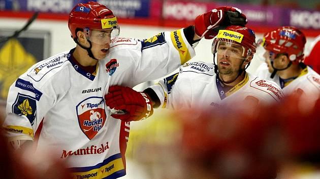 Milan Gulaš (vpravo) přijímá gratulaci ke gólu od svého spoluhráče Bohumila Janka.