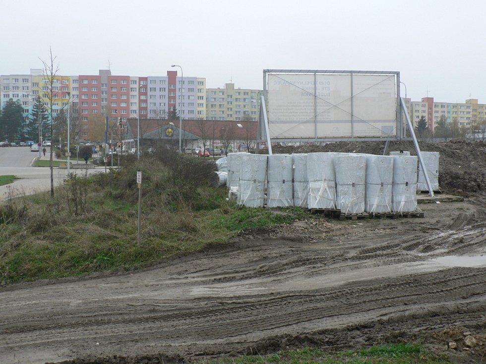 Horkovod z Temelína už dospěl na hranice Českých Budějovic. Na snímku je stavba poblíž sídliště Vltava.