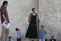 K nenásilí vyzvala na pódiu i jedna z iniciátorek shromáždění Radka Doležalová.