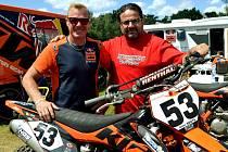 Manažer Motosportu Chýnov Evžen Zadražil (vpravo) s pětinásobným mistrem světa Belgičanem Joelem Smetsem.