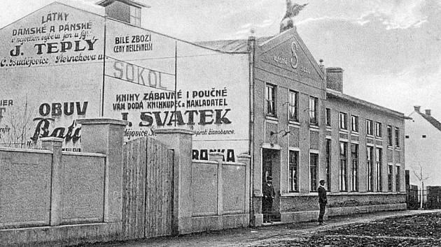 Sokolská ulice ve Čtyřech Dvorech před lety.