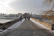 Auto jede po Kamenném mostě od Karlovy ulice na třídu Národní svobody. Na konci mostu je vidět špitálek a městský chudobinec, dnes tam je budova střední zdravotnické školy.