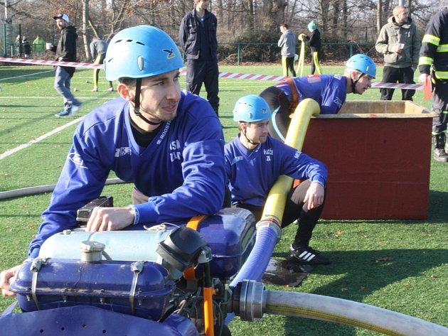 V akci zlivských hasičů jsou zachyceni zleva Josef Zwettler, Jan Dvořák a Martin Graman