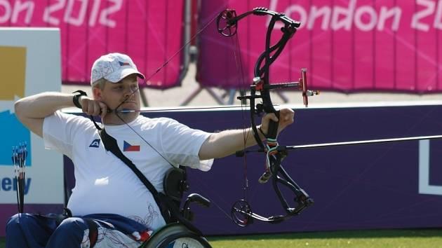 STŘÍBRNÝ POKUS. David Drahonínský během lukostřeleckého závodu na paralympijských hrách v Londýně.