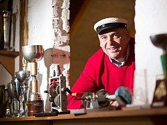 Muzeum veteránů v Jílovicích ukrývá mimo jiné nablýskané automobily, motocykly a cyklistická kola. Jejich majitel Emil Roděj miluje veterány už od dětství.