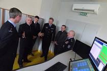 Biskup Vlastimil Kročil (druhý zleva) při návštěvě integrovaného operačního střediska na policejním ředitelství.