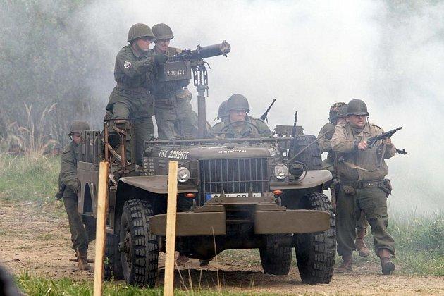 Dvě bojové ukázky předvedli v sobotu příslušníci klubů vojenské historie na bývalém tankovém cvičišti v českobudějovických Čtyřech Dvorech.