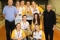 Mají Pohár primátora! Vítězné družstvo ZŠ Oskara Nedbala obhájilo (na snímku s ředitelem Poláčkem a trenérem školního týmu Liškou) první místo.