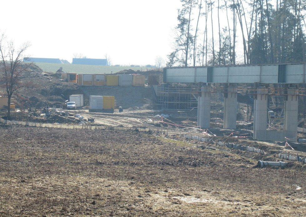 Trať má být dokončena v květnu roku 2023. Při výstavbě nejsou budovány žádné přejezdy. Dopravní situace je řešena podjezdy a nadjezdy, aby zde vlaky mohly vyvinout rychlost nad 160 kilometrů.